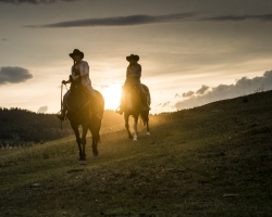 sunset horsback ride at Kayanara guest ranch, Eagle Creek_Blake Jorgenson